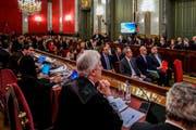 Von grossem medialen Interesse begleitet: Der Prozess am Obersten Gerichtshof hat gestern begonnen. Vorne rechts auf der Anklagebank sitzt der ehemalige Vizepremierminister Kataloniens Oriol Junqueras. Bild: Emilio Naranjo/AP (Madrid, 12. Februar 2019)