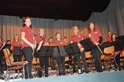 Die Starter Winds, hier bei ihrem Auftritt im Januar beim Unterhaltungsabend der Musikgesellschaft Bazenheid, bestehen aus rund 40 Jugendlichen im Alter zwischen 10 und 20 Jahren. (Bild: Beat Lanzendorfer)