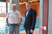 Chefbadmeister Roberto Cantelli und der für die Sportanlagen zuständige Gemeinderat Valentin Hasler. (Bild: Mario Testa)