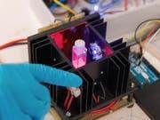 Der Prototyp des Geräts «SION-105» misst die Fluoridkonzentration einer Wasserprobe über einen Farbwechsel. (Bild: Marie-Thé, Etienne Roux)