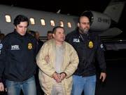 Muss lebenslang hinter Gitter: Der mexikanische Drogenboss Joaquín «El Chapo» Guzmán, hier nach seiner Überführung aus Mexiko nach New York im Januar 2017. (Bild: KEYSTONE/AP U.S. law enforcement)