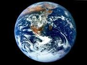 Eine gute Mischung aus Ozeanen und Landmasse: Dass die Erde kein Ozeanplanet geworden ist, verdanken wir einem sterbenden Stern. (Bild: EPA/NASA)