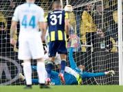 Schlüsselszene im Sükrü-Saracoglu-Stadion von Istanbul: Fenerbahces Torschütze Islam Slimani (Nummer 31) sieht, wie Goalie Harun Tekin den Penalty von Zenits Robert Mak pariert (Bild: KEYSTONE/AP/LEFTERIS PITARAKIS)