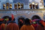 Die Gesangsgruppe Füür und Flamme besingt ein Paar vor dem «Rathauskeller» in der Zuger Altstadt. (Bild: Werner Schelbert (18. Februar 2018))