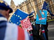 Während die britische Premierministerin Theresa May am Dienstag im Londoner Unterhaus eine Rede zum Brexit-Abkommen hielt, demonstrierten EU-Befürworter vor dem Parlament für einen Verblieb Grossbritanniens in der EU. (Bild: KEYSTONE/EPA/WILL OLIVER)