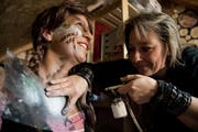 Severina Gogg schminkt Karin Siegrist mit der Airbrush-Technik. (Bilder: Nadia Schärli (Altishofen, 2. Februar 2019)
