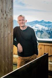 Vom Balkon aus hat Simon Enzler den Blick auf das Alpsteinmassiv. (Bild: Urs Bucher (Schlatt-Haslen, 8.2.2019))
