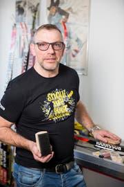 Udo Raunjak zeigt die intelligente Bürste.