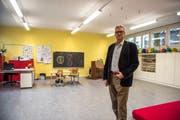 Gemeinderat Robert Odermatt macht sich ein Bild vom Schadstoff Naphthalin betroffenen Raum. (Bild: Dominik Wunderli, Horw, 12. Februar 2019)
