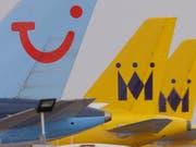 Der Reisekonzern Tui hofft wegen des bevorstehenden Brexits auf eine Regelung der Flugrechte in letzter Minute. Andernfalls muss er um den Betrieb seiner Airlines Tui Airways und Tuifly fürchten. (Bild: KEYSTONE/AP/ALASTAIR GRANT)