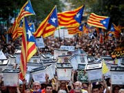 Demonstranten in Barcelona am ersten Jahrestag des von der spanischen Zentralregierung für illegal erklärten Unabhängigkeitsreferendums in Katalonien. Dieses fand am 1. Oktober 2017 statt. (Bild: KEYSTONE/EPA EFE/ALBERTO ESTEVEZ)