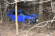 Das Auto kam zwischen zwei Bäumen zum Stillstand. (Bild: Kantonspolizei St.Gallen)