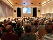 Der fast bis auf den letzten Platz gefüllte Niederbürer Gemeindesaal zeigte anschaulich, wie gross das Interesse am traktandierten Kaufgeschäft war. (Bilder: Andrea Häusler)