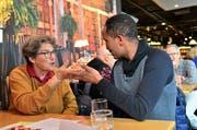 Einheimische und Migranten, wie hier Byhane aus Eritrea, kommen ins Gespräch. (Bild: Max Eichenberger)