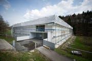 April 2013: In und rund um die Turnhalle laufen die Arbeiten für den Wiederaufbau. (Bild: Urs Bucher, 16. April 2013)