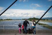 Als der Rhein letztmals Hochwasser führte: Schaulustige Mitte Juni 2016 in Diepoldsau. (Bild: Ralph Ribi)