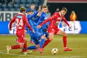 Kein Durchkommen für Luzerns Pascal Schürpf (in Blau) gegen Sions Bastien Toma (links) und Anto Grgic (rechts). (Bild: Martin Meienberger / Freshfocus, Luzern, 13. Februar 2019)