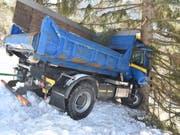 Ein Baum stoppte die Talfahrt des Lastwagens. (Bild: Kapo GR)