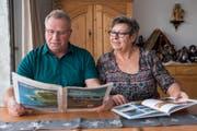 Heinz und Alice Schneider erholen sich gerne beim Campen in der Westschweiz. Da werden schon mal Prospekte studiert. (Bilder: Mareycke Frehner)