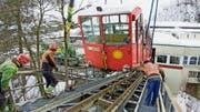 Die alte Stoosbahn wird mit einem Grosskran von den Schienen gehoben. (Bilder: Erhard Gick, Schwyz, 13. Februar 2019)