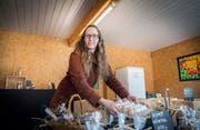 Andrea Knöpfel in ihrem Hoflädeli, welches sie seit Sommer betreibt. Es hat immer offen. Kunden bezahlen mit Bargeld oder Twint. (Bild: Andrea Stalder)