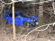 Das Auto des 22-jährigen war rund 30 Meter einen Abhang hinunter gerutscht und im Dickicht zum Stehen gekommen. (Bild: Kapo St. Gallen)
