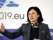 EU-Justizkommissarin Vera Jourova hat am Mittwoch in Strassburg die neue Geldwäscherei-Liste der EU vorgestellt. Insgesamt sind 23 Länder und Gebietskörperschaften gelistet - nicht aber die Schweiz. (Bild: KEYSTONE/EPA/ROBERT GHEMENT)