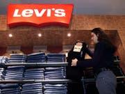 Die Jeans-Ikone Levi's will zurück an die US-Börse. Zuletzt konnten bis Mitte der 80er Jahre Aktien des Konzerns an der Wall Street gehandelt werden, ehe Levi's privatisiert wurde. (Bild: KEYSTONE/AP CP/Kevin Frayer)