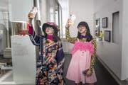 Das Original (rechts) und der Zwilling aus Wachs: Zur Asienausstellung im Historischen und Völkerkundemuseum gehört auch die Modebloggerin Diana Rikasari. (Bilder: Michel Canonica)