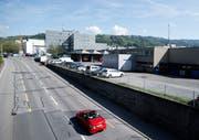 Blick von der General-Guisan-Strasse auf das ZVB-Areal. Zwei FDP-Kantonsräte wollen nun wissen, ob der Regierungsrat in der Nähe des vorgesehenen ZVB-Hauptstützpunktes Potenzial für den Bau von Kanti-Schulräume sieht.(Bild: Stefan Kaiser (Zug, 24. April 2018))