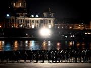 Im Gedenken an die Zerstörung ihrer Stadt: Dresdnerinnen und Dresdner in einer Menschenkette an der Elbe. (Bild: KEYSTONE/EPA/FILIP SINGER)