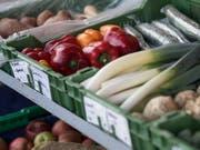 Biologisches Gemüse im Hofladen: der Biomarkt in Europa boomte 2017 und legte um beinahe 11 Prozent zu. Die Schweiz mischt ganz vorne mit. (Bild: KEYSTONE/PETER SCHNEIDER)