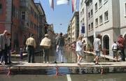 Das Jahrhunderthochwasser in Rorschach: Am 25. Mai 1999 laufen Schaulustige über die ausgelegten Stege in der Hafenstadt. (Bild: Archiv)
