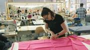 Sina Trinkwalder im Atelier ihres Textilunternehmens manomama, wo sie sozial Benachteiligten Arbeit gibt. Bild: Filmcoopi