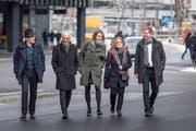 Die St.Galler Stadtregierung vor dem Rathaus (von links): Markus Buschor (parteilos), Stadtpräsident Thomas Scheitlin (FDP), Sonja Lüthi (Grünliberale) sowie Maria Pappa und Peter Jans (beide SP). (Bild: Michel Canonica, 30. November 2017)