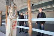 Projektmanager Ferdinand Hohns, Bauchef Willi Haag und Architekt Daniel Stauffacher beim Spatenstich. (Bild: Ralph Ribi, 16. März 2012)