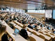 Der Bunderat will den Schüler- und Studentenaustausch in der Schweiz auf neue gesetzliche Grundlagen stellen. (Bild: KEYSTONE/CHRISTIAN BEUTLER)