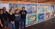Mit einigen Helfern freut sich Stephan Jauch (rechts), dass das Puzzle im Gasthaus Schäfli rechtzeitig zur Fasnacht als Dekoration fertig erstellt wurde. (Bild: Georg Epp, Intschi, Februar 2019)