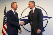 Nato-Generalsekretär Jens Stoltenberg (rechts) und US-Verteidigungsminister ad interim, Patrick Shanahan, bei ihrem Treffen in Brüssel. (Oliver Hosler/EPA, 13. Februar 2019)