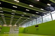 Die neue Dreifachsporthalle nach Abschluss der Bauarbeiten – neu ist die grüne Bodenfarbe. Sie soll nicht mehr ans Unglück erinnern. (Bild: Michel Canonica, 3. Juli 2013)