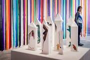 Der Vorhang aus bunten Seidenstreifen und die Keramikinstallation stammen von Grace Schwindt. (Bild: Urs Bucher)