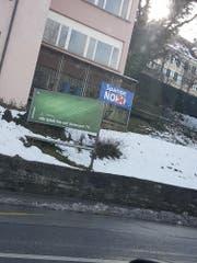 Eines von zahlreichen Anti-Spangen-Plakaten. (Bild: JSVP)