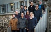 Gut die Hälfte der Kandidierenden der SP Frauenfeld für die Gemeinderatswahlen 2019 posieren vor dem Schloss. (Bild: Reto Martin)