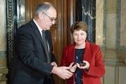 Viola Amherd und Guy Parmelin bei der symbolischen Schlüsselübergabe im Verteidigungsdepartement. (Bild: Peter Schneider/Keystone, Bern, 20. Dezember 2018)