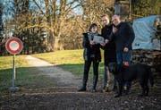 Dorena Raggenbass, Fabio Frison und Klemenz Somm stellen den Standort des Projekts vor. (Bild: Reto Martin)