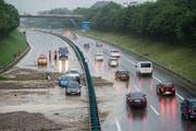 Wasser, Schutt und Schlamm auf der A1 – ein Szenario, welches das Hochwasserschutz-Projekt Region Wil künftig verhindern soll. (Bild: ky/Ennio Leanza)