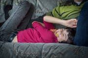 Ramona liegt auf der Couch, im Mund ein zerkautes Schaumstoffklötzchen.