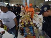 Der Bevölkerung in Venezuela fehlt es an Lebensmitteln, Medikamenten und Hygiene-Artikeln. Hilfsgüter erreichen zwar die Sammelstellen ausserhalb des Landes, wie hier in Kolumbien, werden jedoch nicht ins Land gelassen. (Bild: KEYSTONE/AP/FERNANDO VERGARA)
