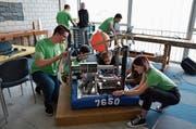 Die Schüler arbeiten an ihrem Roboter. (Bild: Nina Rudnicki)