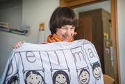 Ramona mit einem Badetuch des Vereins Angelmann Schweiz. (Bilder: Andrea Stalder)
